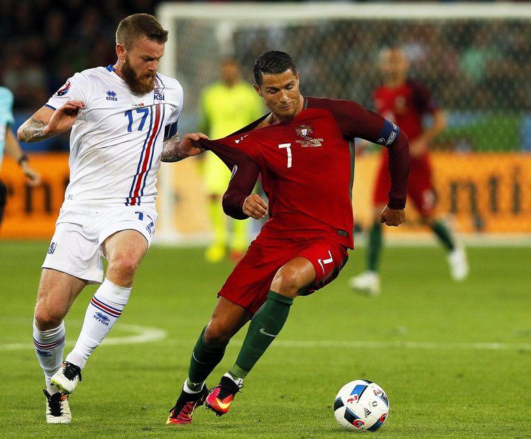 Aron Gunnarsson (l) en Cristiano Ronaldo in actie op 14 juni. Beeld epa