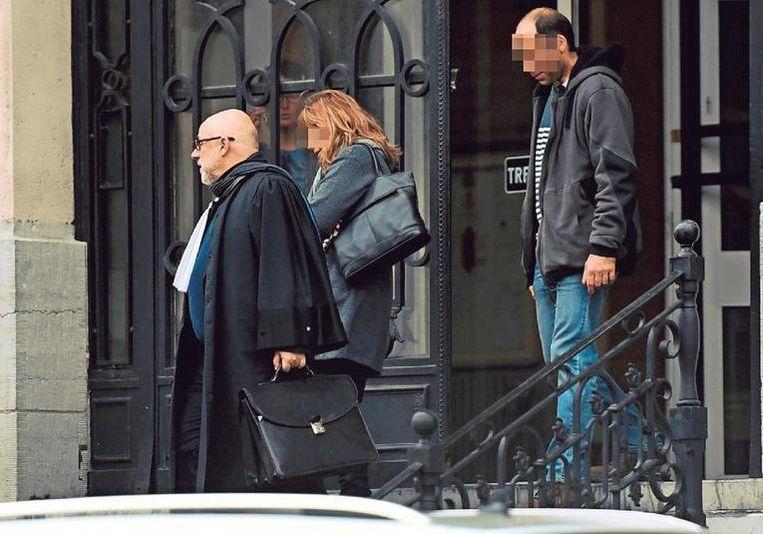 Patricia S. en haar partner Robin C. verlaten samen met hun advocaat de rechtbank in Leuven.