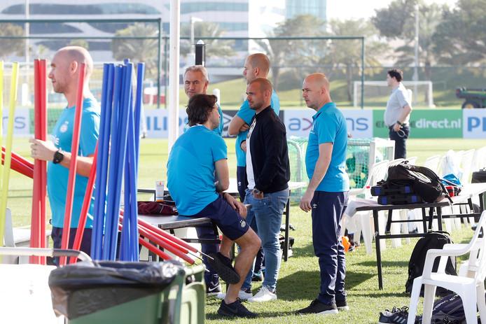 Wesley Sneijder bezoekt de training van PSV in Qatar en spreekt onder meer John de Jong (technisch manager). Rechts naast hem perschef Thijs Slegers van PSV.