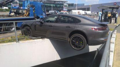 Bestuurder vergist zich van pedaal: Porsche Panamera van 130.000 euro belandt bijna in afgrond