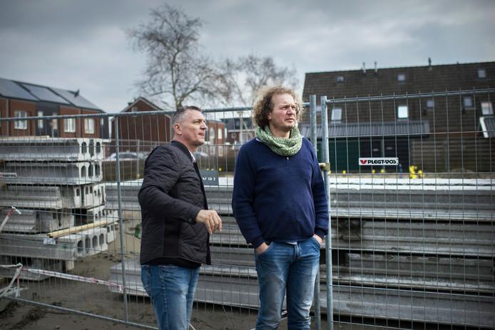 Hans Warink (l) en Drewes Wildeman naast de bouwput in Loppersum.