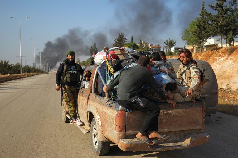 Rebellenstrijders helpen burgers het westen van de stad Aleppo te ontvluchten.