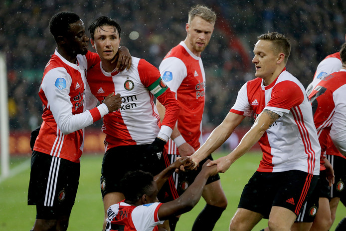 Lutsharel Geertruida knuffelt doelpuntenmaker Steven Berghuis, Jens Toornstra helpt Luis Sinisterra overeind.