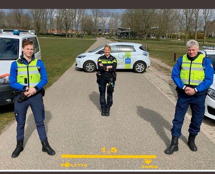 Marcel Mulder (rechts) aan het werk als buitengewoon opsporingsambtenaar in Zwolle tijdens de coronacrisis.