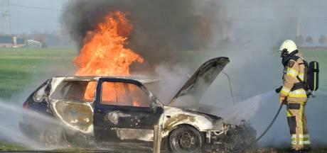 Brand verwoest auto op N340 bij Dalfsen