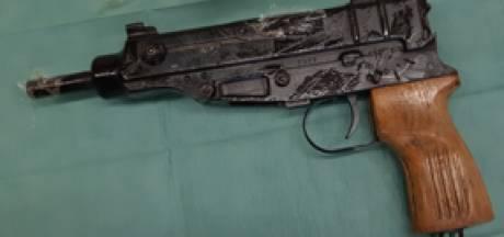 Mannen uit Oss en Tilburg aangehouden in groot onderzoek wapenhandel: verdachte voerde wapens uit buitenland in