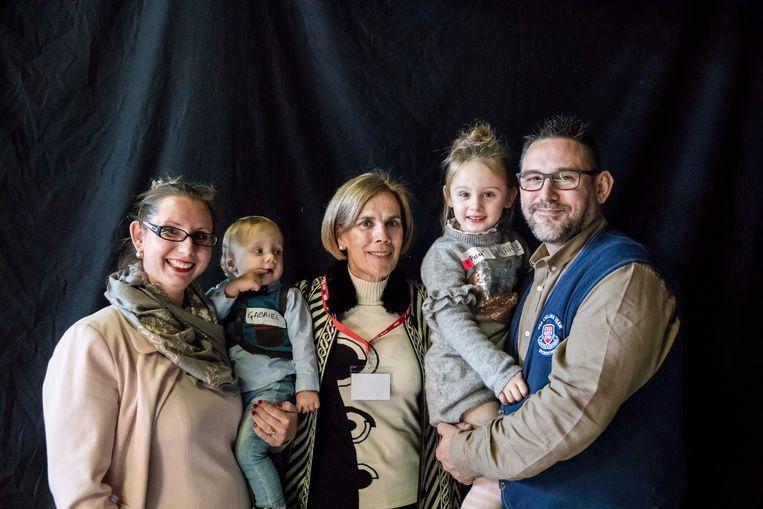Kim Maesen en Kris Cuypers hebben hun dochtertje Klaartje (tweede van rechts) genoemd naar dokter Thijskens, neonatoloog aan Ziekenhuis Oost- Limburg. Later kwam Gabriël er nog bij maar het gezin moest wel hun te vroeg geboren zoontje Pieter afgeven.