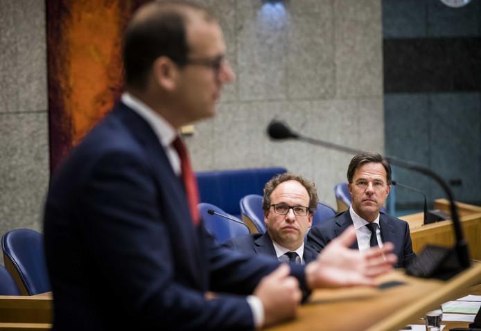 Minister Wouter Koolmees van Sociale Zaken en minister-president Mark Rutte luisteren naar PvdA-leider Lodewijk Asscher tijdens het plenaire debat met de Tweede Kamer over het pensioenakkoord.