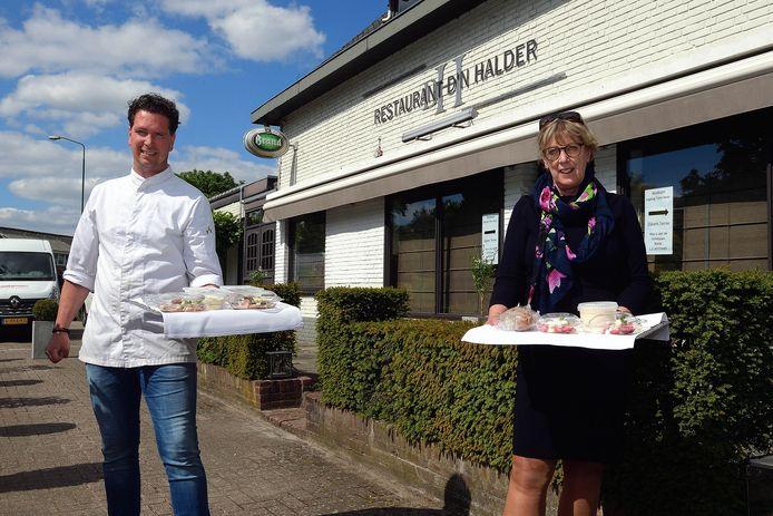 Het aspergemenu zit nu nog verpakt als afhaalgerecht, maar vanaf 1 juni hoopt Randy Mollen het weer aan de terrastafels te mogen serveren. Burgemeester Van Rijnbach is dan graag te gast.