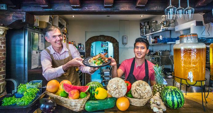 August en chef-kok Zachary, de drijvende krachten achter Julieta.