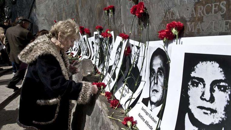 Mensenrechtenactivisten bij de 40-jarige herdenkingbij Villa Grimaldi in Santiago de Chili van de staatsgreep door Augusto Pinochet op 11 september 1973. Villa Grimaldi werd gebruikt als gevangen- en martelcentrum. Beeld afp