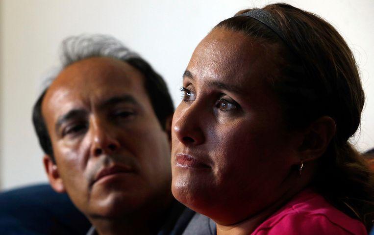 Sergio en Becky Celis meteen na de verdwijning van hun dochter Isbael in 2012.