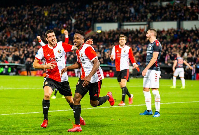 Luis Sinisterra loopt juichend weg na de 3-0 die hij voor Feyenoord tegen Emmen maakte. Links Marcos Senesi. Beeld Jiri Buller