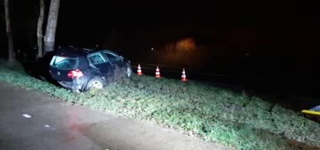 Auto botst tegen boom in Geesteren: bestuurder overgebracht naar ziekenhuis