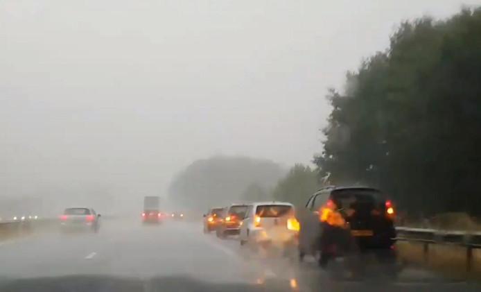 Veel automobilisten verkozen stilstaan op de vluchtstrook van de A50 bij Ravenstein eerder dit jaar boven doorrijden bij noodweer.