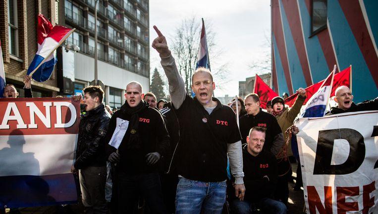 Demonstranten Tegen Gemeente (DTG) demonstreert in Enschede tegen het asielbeleid van de gemeente. Beeld Freek van den Bergh / de Volkskrant
