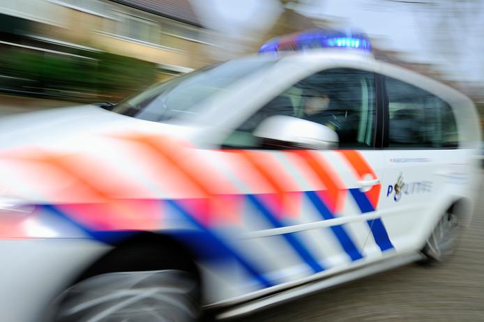 Politiewagen met zwaailicht aan