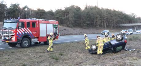 Inzittenden met de schrik vrij nadat auto op snelweg A1 bij Uddel over de kop is geslagen