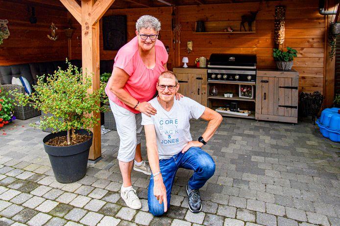 Jan en Carolien Marijnissen troffen maandagnacht een jonge boa aan in hun achtertuin