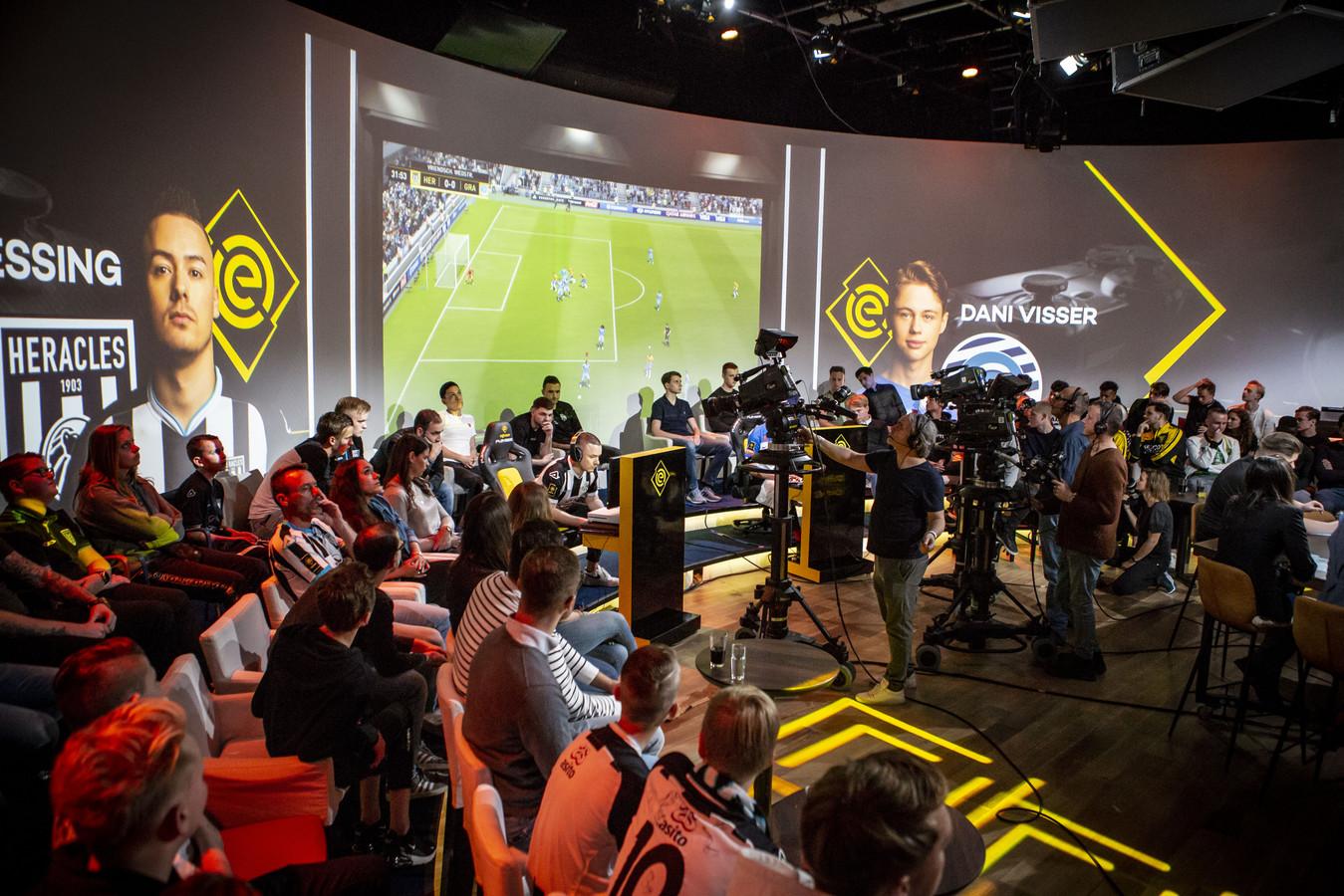 Gespannen koppies in de studio tijdens de finale van de eDivisie