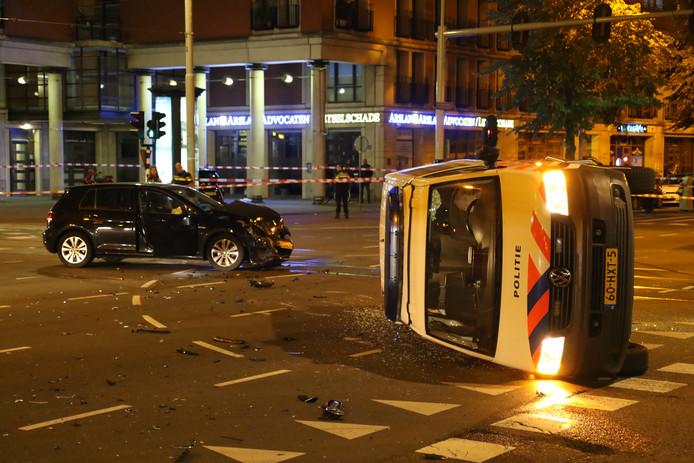 Politiebusje op zijn kant. Onrust in Schilderswijk. Vaillantlaan.