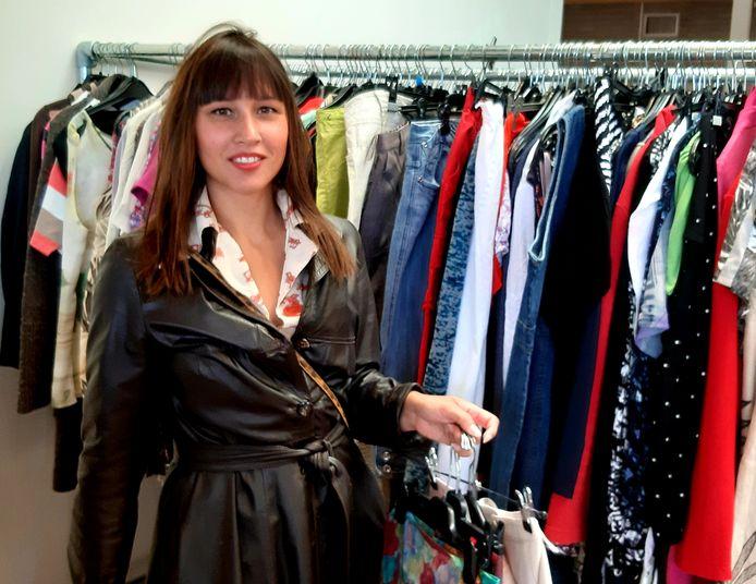 Romy Sterkman is tevreden met wat ze vindt aan vintagekleding bij de Kledingbank