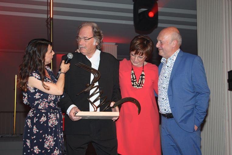 Redgie Van Troost is Stadsfiguur van Oostende. Hij mag de prijs in ontvangst nemen samen met zijn dochter bij Aagje Vanthomme