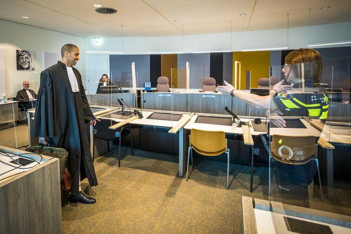 Advocaat Gerald Roethof in de rechtszaal die 'coronaproof' gemaakt is met plexiglas wanden.