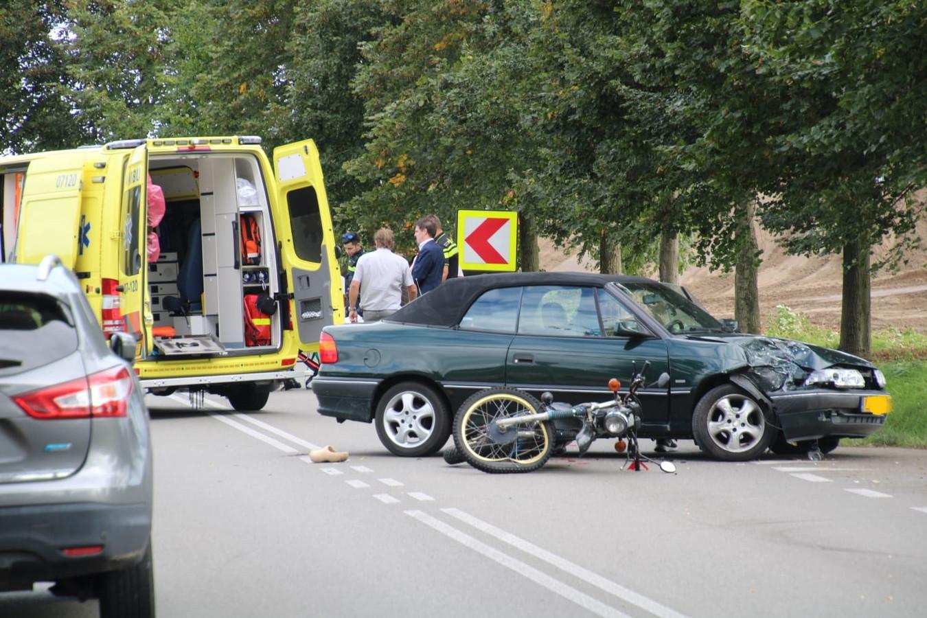 De brommerrijder raakte bij het ongeval gewond.