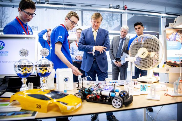 Koning Willem-Alexander op bezoek bij mbo-studenten autotechniek.