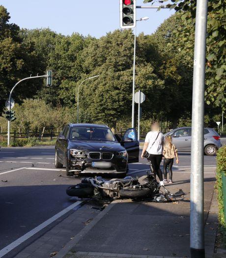 Motor en auto botsen bij grensovergang Ven-Zelderheide