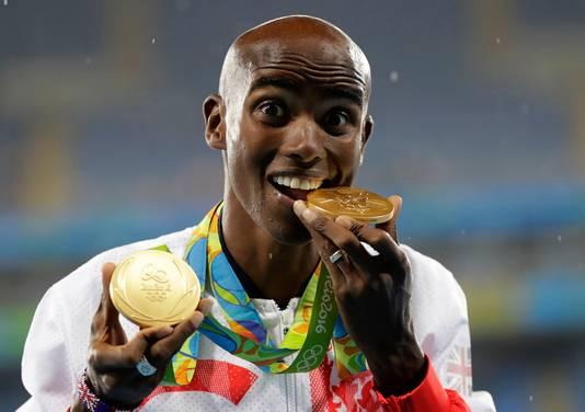 Mo Farah met zijn gouden medailles op de Olympische Spelen in Rio de Janeiro.