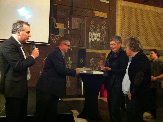 Statenlid Pieter plug reikt de bronzen olifant uit aan de directeuren van De Laak en De Kom uit Wamel. Foto: DG