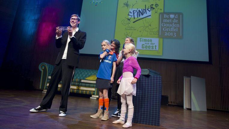 Simon van der Geest krijgt op het Kinderboekenbal de Gouden Griffel Beeld anp