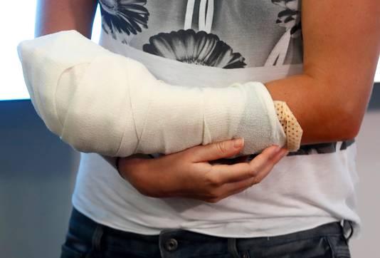 Petra Kvitova met haar linkerhand in het verband naar aanleiding van de steekpartij.