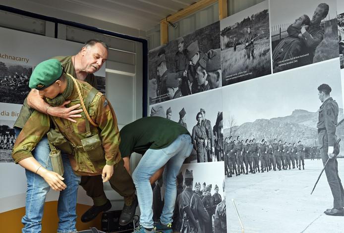 Jack Bakker (links) uit Roosendaal en zijn compagnon bezig met het overeind zetten van een commandopop in de container van het Korps Commandotroepen.