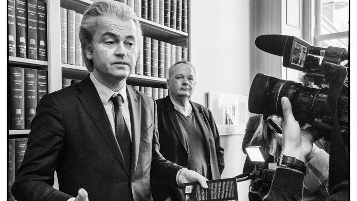 Geert Wilders ontvangt het boek Kwaad uit handen van de schrijver journalist Olivier Niemöller.