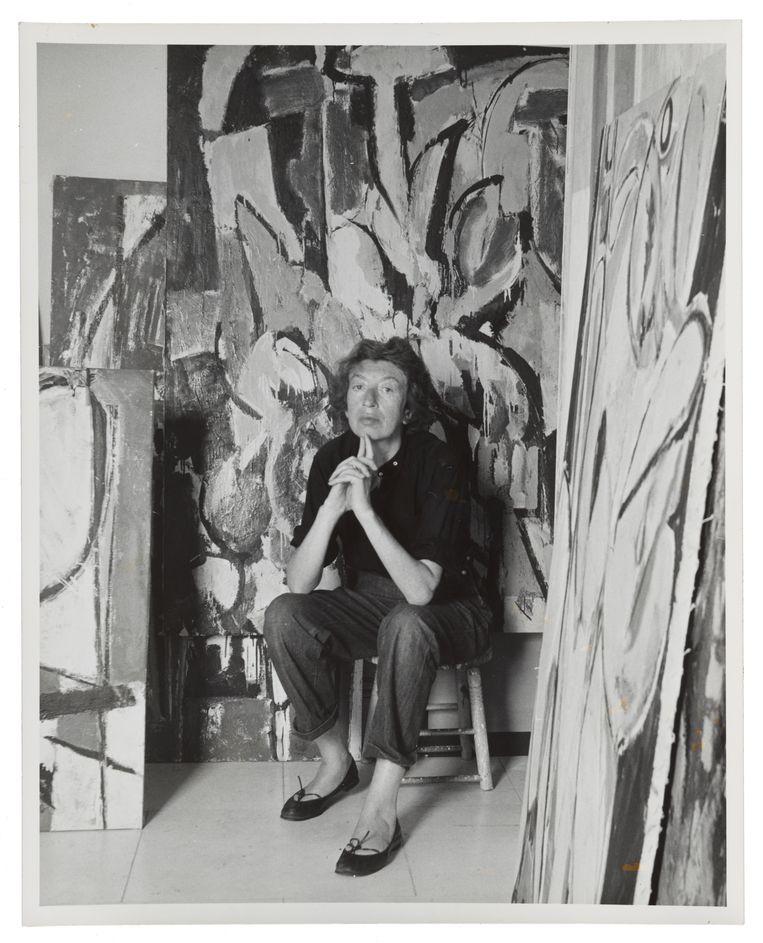 Lee Krasner in haar studio in Springs, 30 augustus 1956, twee weken na Jackson Pollock's dood. Beeld Waintrob-Budd
