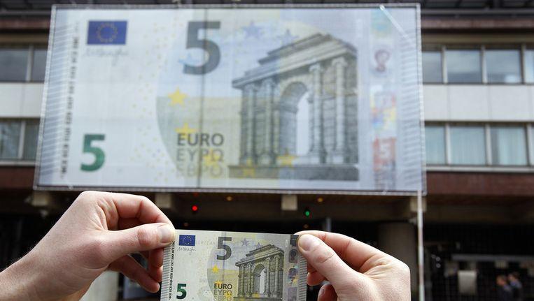 Aan de gevel van de Nederlandsche Bank hangt een groot 5 eurobiljet ter gelegenheid van het in omloop brengen van een nieuw biljet door de Europeesche Centrale Bank. Beeld ANP