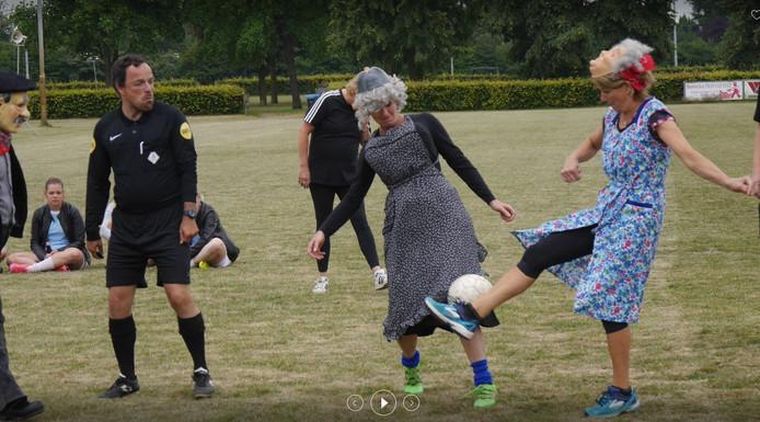 Vorig jaar voetbalden Sara's en Abraham's met elkaar bij FC de Rakt. Op 22 juni treffen de colleges van Uden en Landerd elkaar.