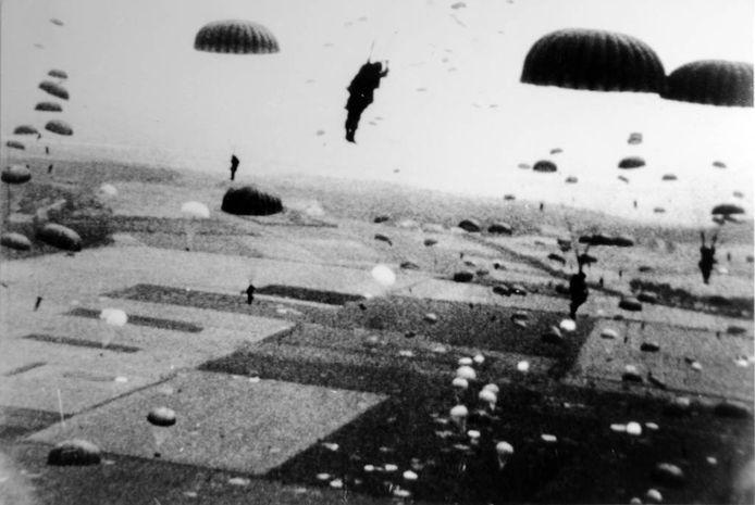 Militairen aan parachutes landen in de buurt van Groesbeek voor operation Market Garden (Foto Bevrijdingsmuseum '44)