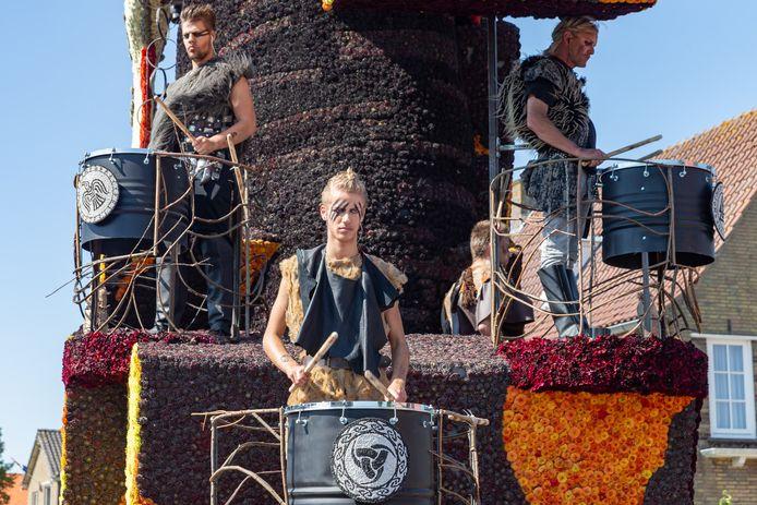 Figuranten in actie op de wagen Drums of Odin van de groep Excellent.