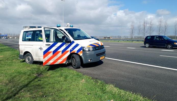 Het politiebusje uit Twente dat op weg was naar Den Haag, hield toezicht op de Ring Utrecht maandag.