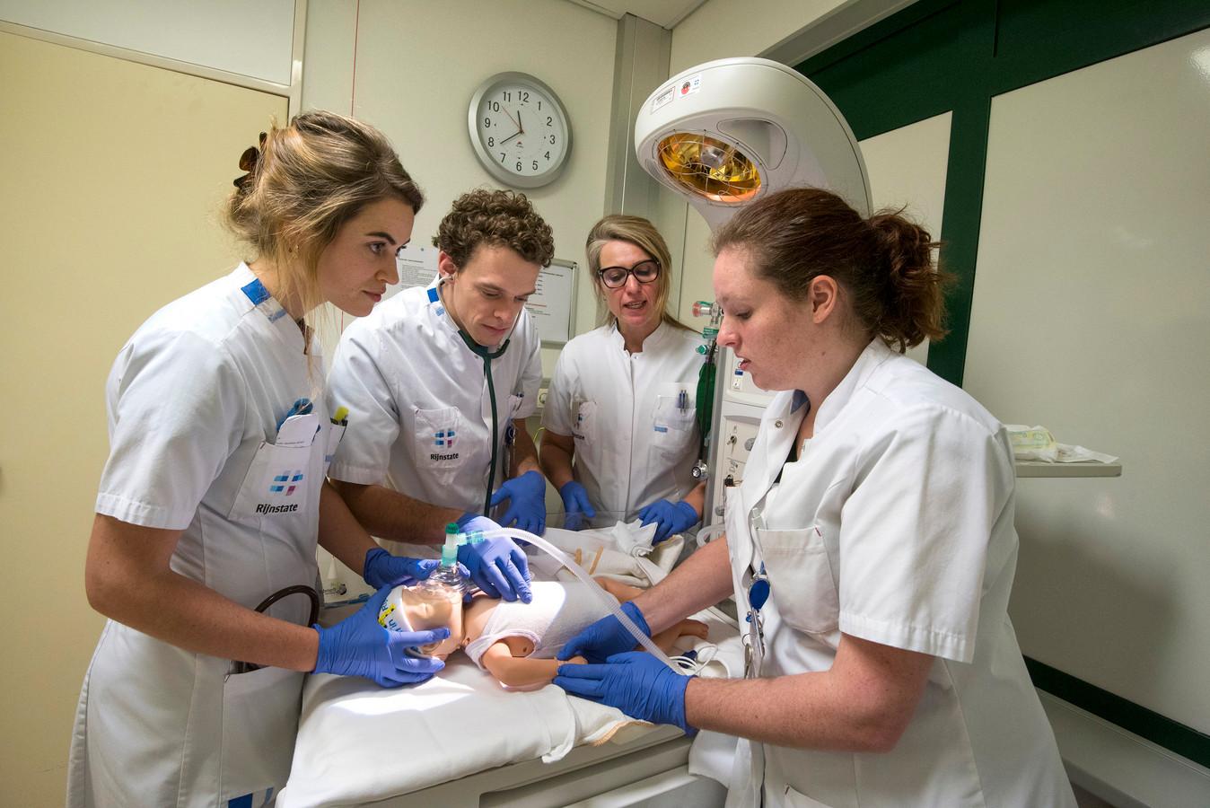Tropenartsen in opleiding bij ziekenhuis Rijnstate in Arnhem. V.l.n.r. Milou Cruijsen, Erik Wehrens, kinderarts Albertine Baauw en Bente van der Meijden.