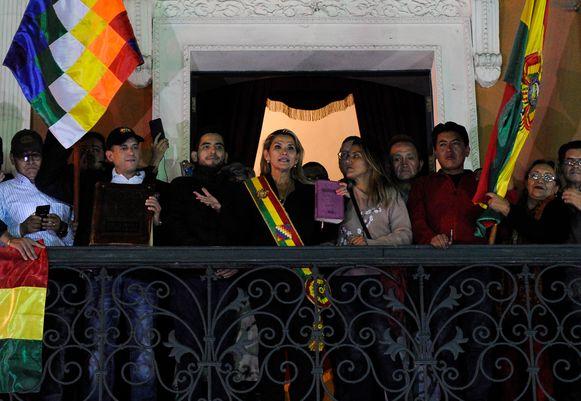 Jeanine Añez spreekt vanaf het balkon van het Quemado Paleis in La Paz nadat ze zichzelf uitriep tot interim-president.