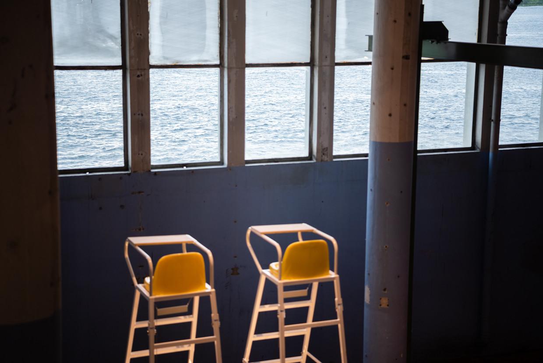 De umpirestoelen in de 'woonkamer' van Het Hem. Beeld Katja Poelwijk