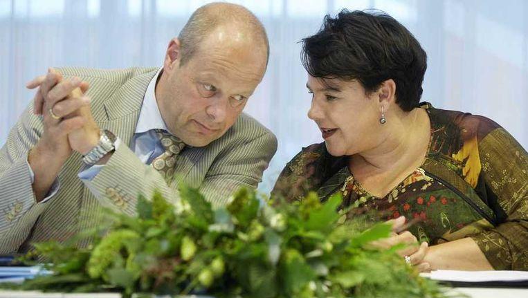 Staatssecretaris Sharon Dijksma van Economische Zaken em Jan Jacob van Dijk van het Interprovinciaal Overleg (IPO) presenteren het Natuurakkoord. In het akkoord staan de ambities voor de ontwikkeling en het beheer van de natuur in Nederland tot 2027. Beeld anp