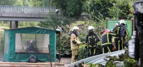 Explosie op rondvaartboot in Nijverdal, schipper krijgt accuzuur over zich heen