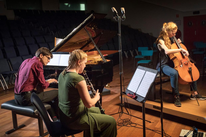 Het Chimaera Trio, pianist Laurens de man, klarinettiste Annemiek de Bruin (midden) en celliste Irene Kok.