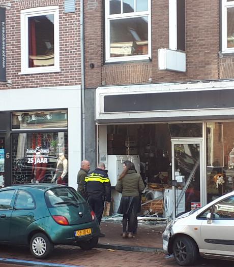 Auto rijdt winkel binnen in Rhenen